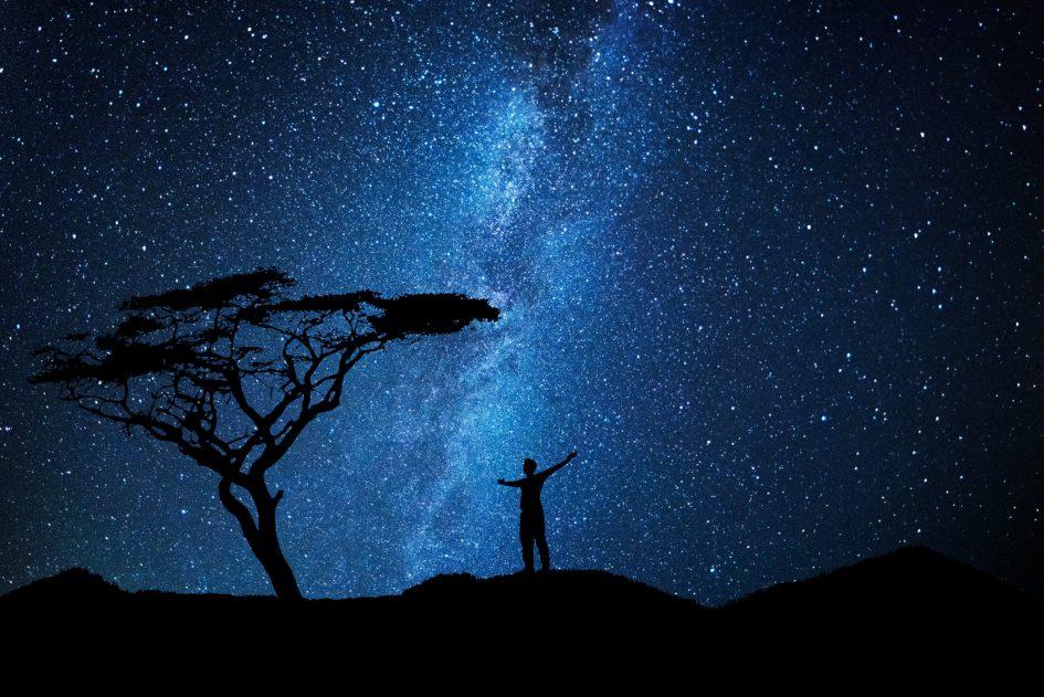 immensité de l'univers, humains minuscules, dieu, anges, archanges
